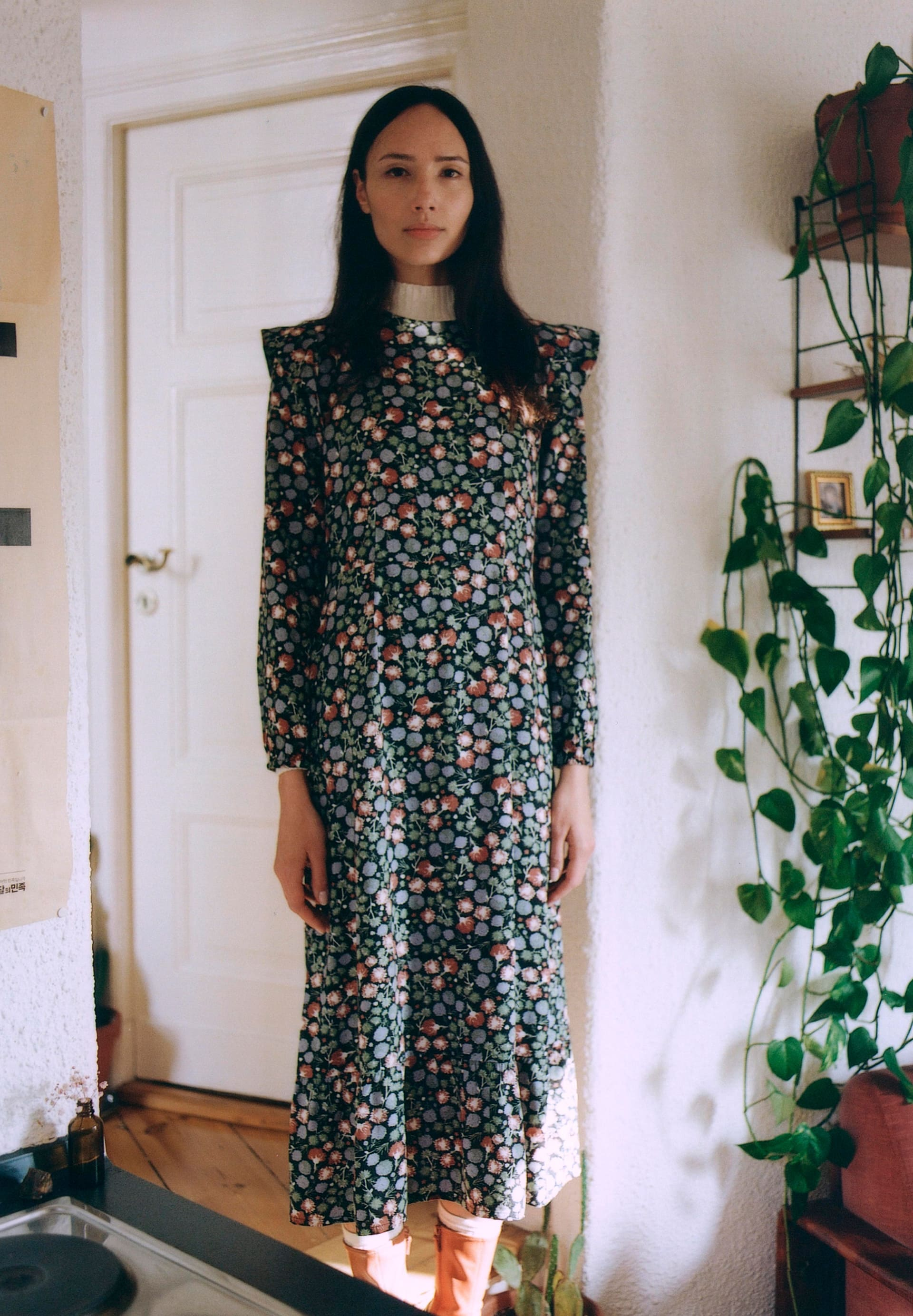 VIRVAA  MIMOSE BLOOMS Geweven jurk in LENZING™ ECOVERO™
